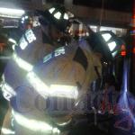 Señora atrapada en el interior de auto tras choque es rescatada lesionada por bomberos