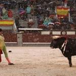 Los rejoneadores cortan orejas bajo la lluvia y sobre el barro en Madrid