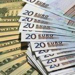 El dólar retrocede ante el euro y otras divisas