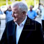 Seehofer anuncia acuerdo con Merkel en inmigración y continúa en el Gobierno