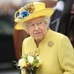 """La reina Isabel II condecora por su """"gran valentía"""" a Ignacio Echeverría"""