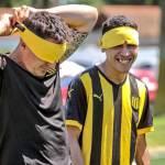 Jugadores de Peñarol se vendan los ojos para entrenarse con equipo de ciegos
