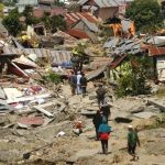 Rescate sigue sin llegar a algunas zonas afectadas por tsunami en Indonesia
