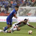 Cruz Azul vence 2-1 al Lobos Buap y sigue como líder del Apertura mexicano