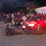 Aparatoso choque entre motocicleta y Jetta en la colonia Santa María deja dos lesionados y la pérdida del frágil vehículo