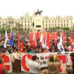Miles de peruanos exigen en marcha la renuncia del fiscal general de Perú