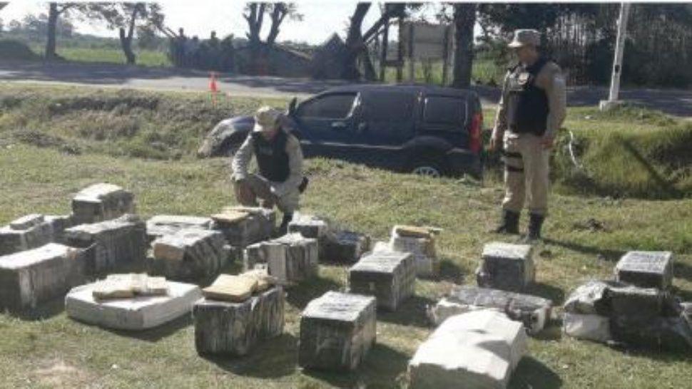 Federal evadió control y volcó: llevaba 500 kilos de marihuana