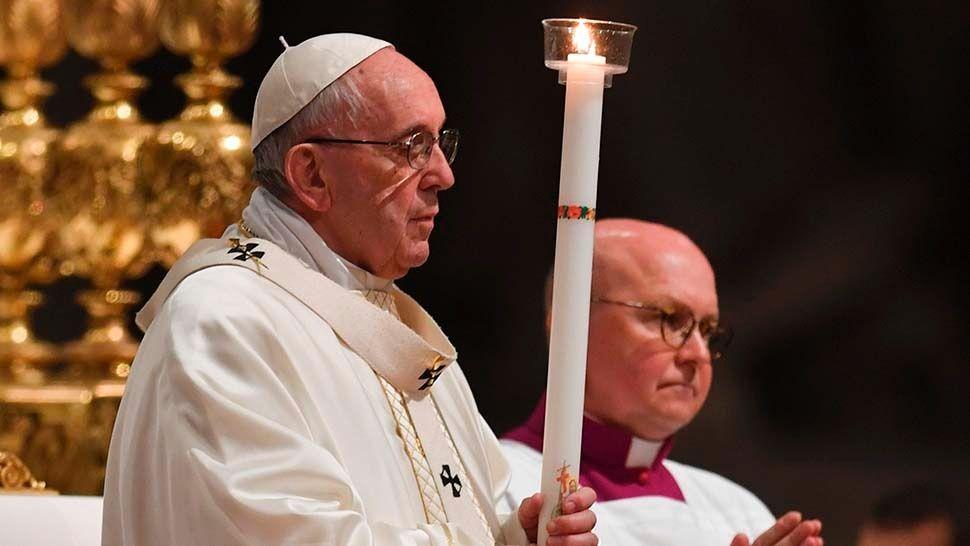 Francisco convocó a «romper rutinas» en la Vigilia de Pascua