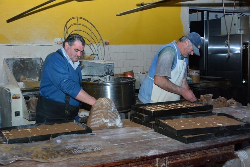 Comienza el preparado de más de 4.000 docenas de Tortas Negras para la fiesta del domingo