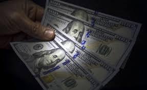 El peso se despegó del mundo y el dólar cerró en leve baja
