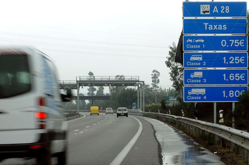 """O mau tempo """"antecipou"""" a cobrança de portagens na A28, ao arrancar os plásticos que tapavam os placards indicativos dos preços a cobrar no pórtico de Neiva, em Viana do Castelo, 07 de outubro de 2010. ARMÉNIO BELO/LUSA"""