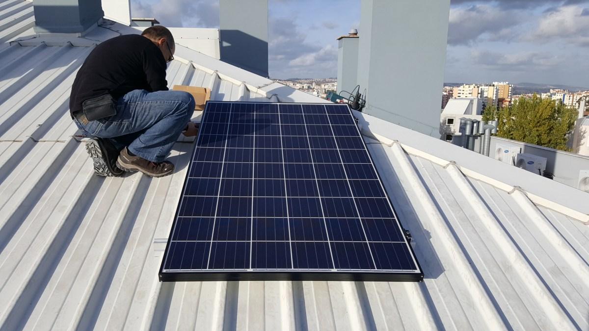 A instalação de um painel solar em VÍDEO