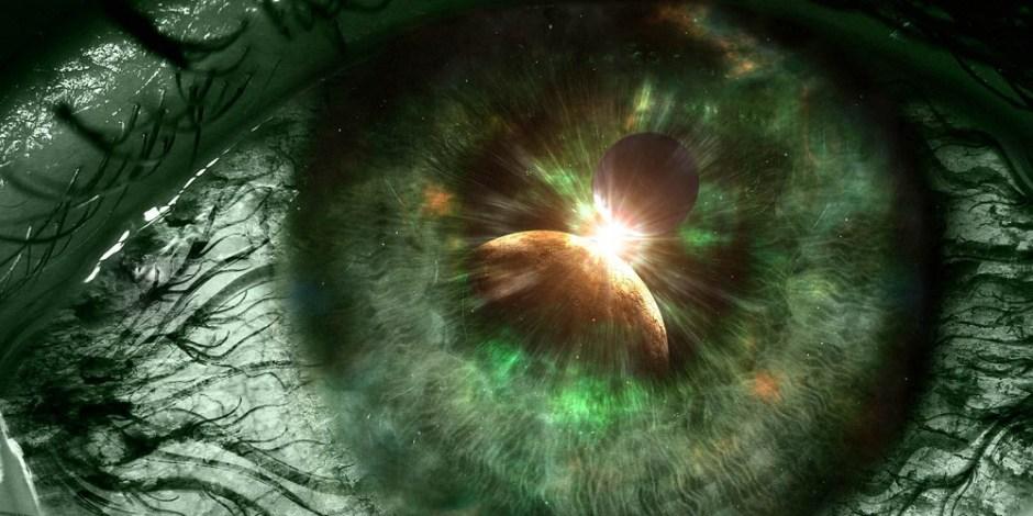 A imagem de um olho modificada para parecer que está tudo verde. A íris do olho se mistura com a visão de planetas e o espaço.