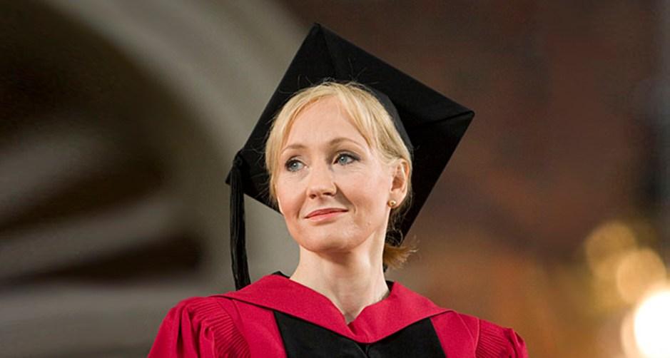 Autora J. K. Rowling usando beca e capelo