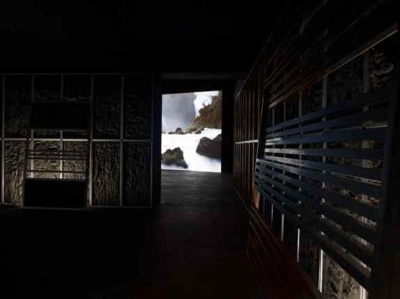 Pièce du silence, 2013-2014 Installation Feutre, cire, plaques en acier, tubes fluorescentes Courtesy Galerie Suzanne Tarasieve, Paris et Galeria Leto, Varsovie Photographie de Marc Domage