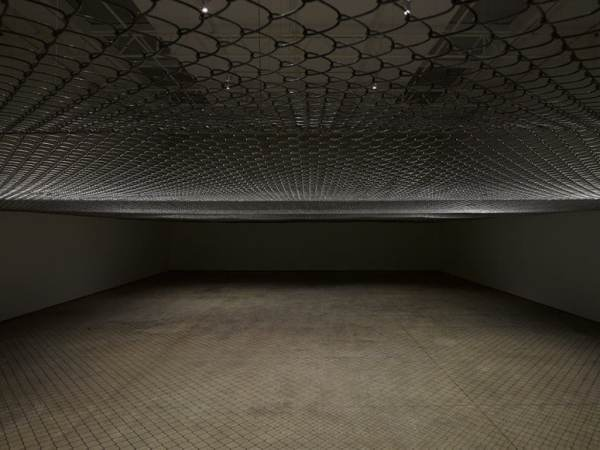 Miroslaw Balka Above your head Steel mesh canopy Dimensions variable DIE TRAUMDEUTUNG 25,31m AMSL. White Cube Mason's Yard London 2014.