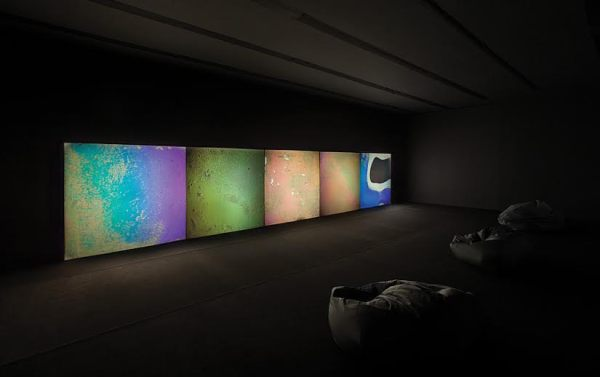 Gustave Metzger, Liquid Crystals Environment, 1965–1998, installation in the Centre of Contemporary Art Znaki Czasu in Toruń, 5 slide projectors, liquid crystals, glass slides, mechanical control, dimensions variable, courtesy of the artist and Migros Museum für Gegenwartskunst in Zurich, photo Wojciech Olech