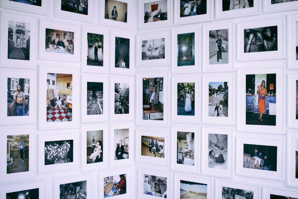 """___ (""""Bo mieszkam u dwójki moich znajomych na kanapie w kuchni"""") _ Marta Zdulska _ IP Studio, fot. J. Wypych"""