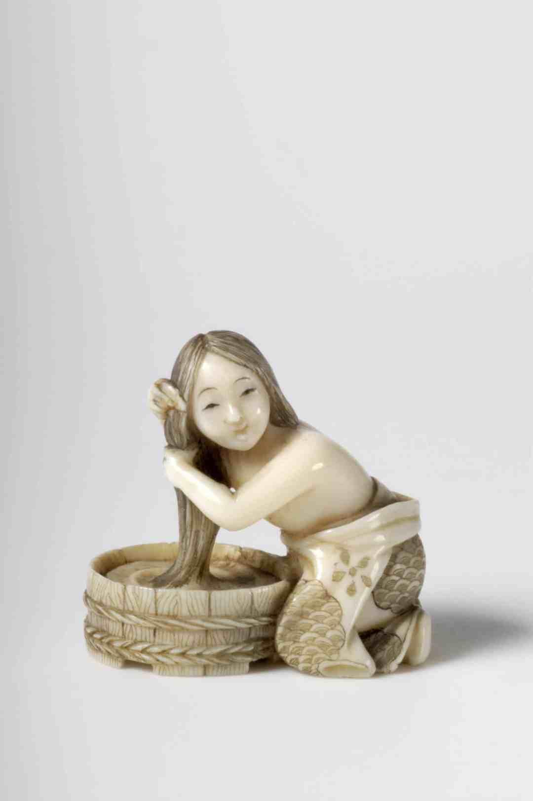 Yasumasa, Frau, Haare waschend, ca. 1900, 3,2 cm, Elfenbein, Düsseldorf, Kunstpalast, Inventarnummer: P2005-418, Foto: © Kunstpalast - Lothar Milatz – ARTOTHEK