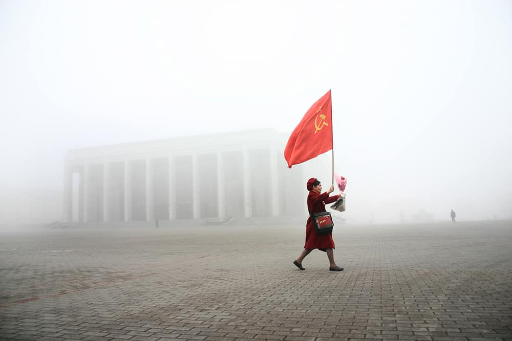 BELARUS / Minsk / November 7, 2005 / Woman carries USSR flag on Kastrychnickaja square rally which marks the 1917 Bolshevik Revolution anniversary. This day is a state holiday in Belarus. © Andrei Liankevich / Anzenberger