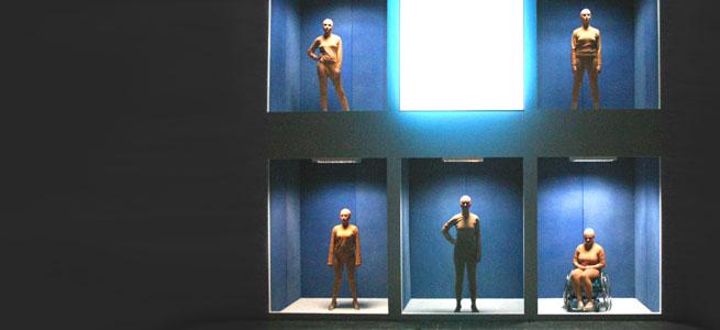 Die Schwarzen Jungfrauen stehen wie ausgestellt einzeln in ihren Zellen. Das macht Anspielung auf den Voyeurismus der Mehrheitsgesellschaft auf die Minderheiten © Hülya Gürler