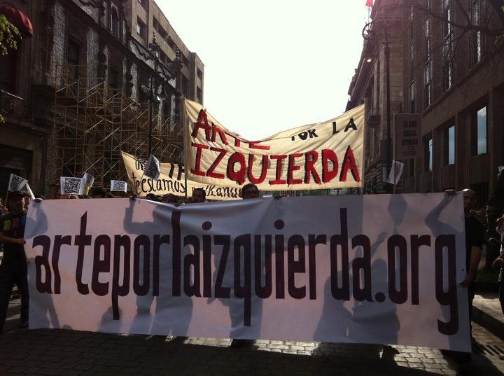 """""""Arte por la izquierda"""" members marching"""