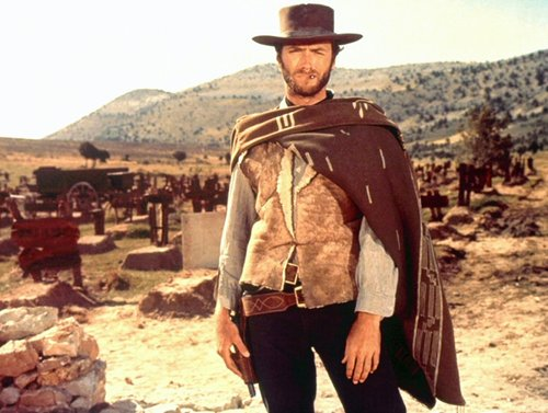 хороший плохой уродливый клинт иствуд стоит с одеялом вокруг плеч