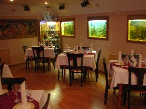 Интерьер ресторана, на стене-  роспись Палех