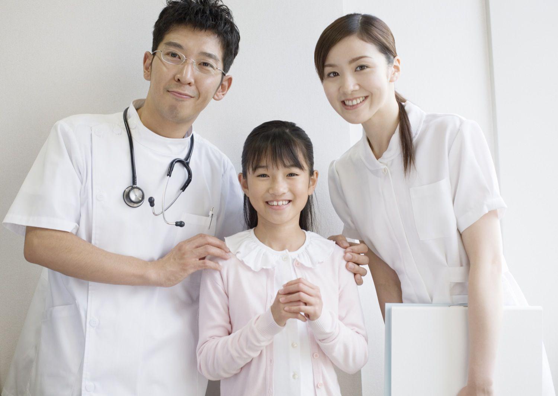 医師と看護師と子供