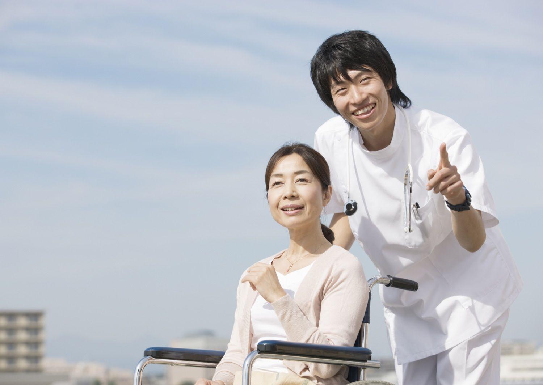 車椅子の患者と男性看護師