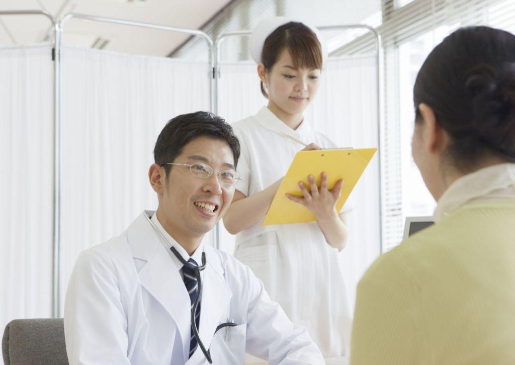 診察中の医者と看護師