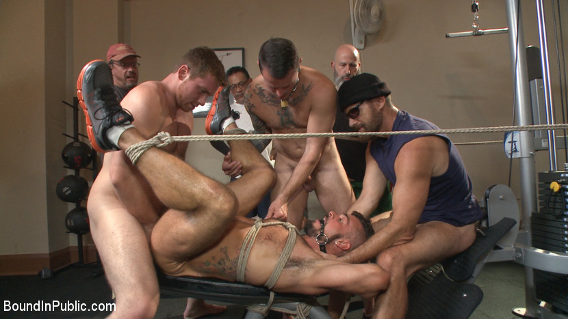 Horny gym goers dump their loads on a muscled gym rat - Voyeur