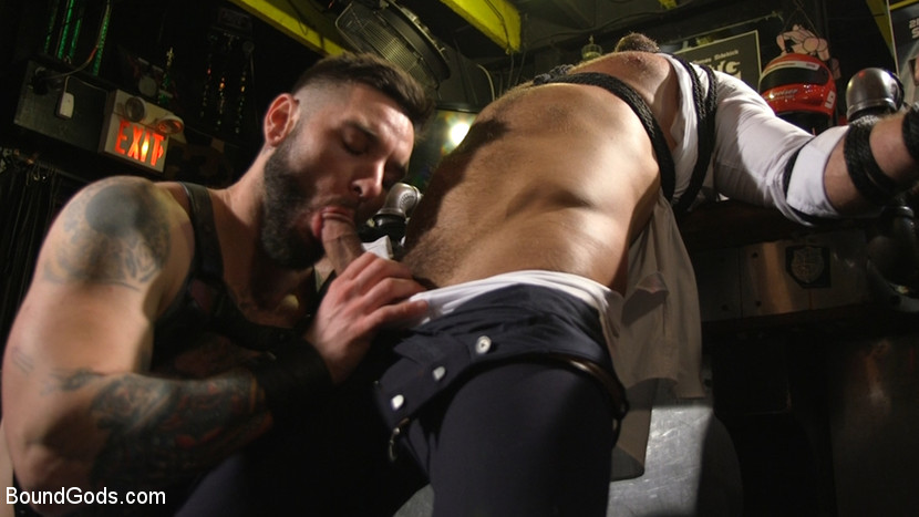 Teddy Bryce Slams Джесси Колтер в баре Powerhouse - KinkMen