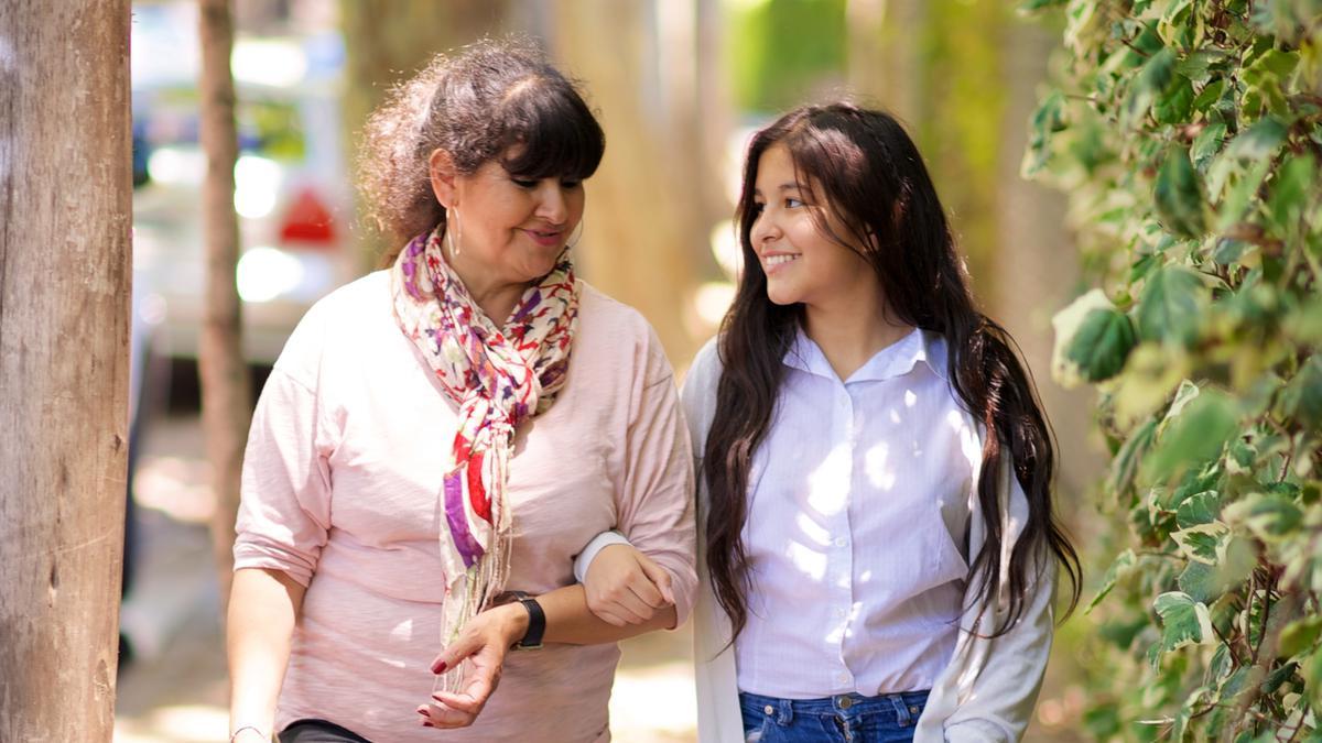 Hija y madre caminando