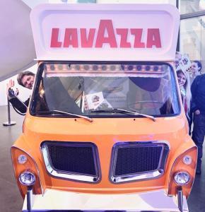 Giovanni e Marina dentro al furgone Giallo della Lavazza