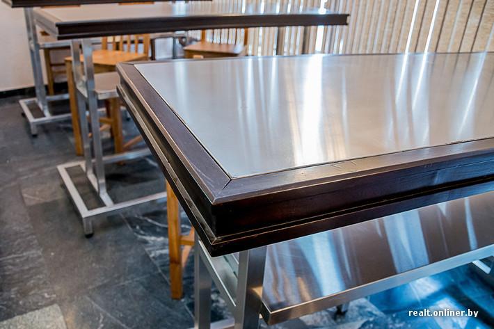 spotting bar à l'Aéropot National Minsk au Bélarus tables métalliques restaurées soviétiques