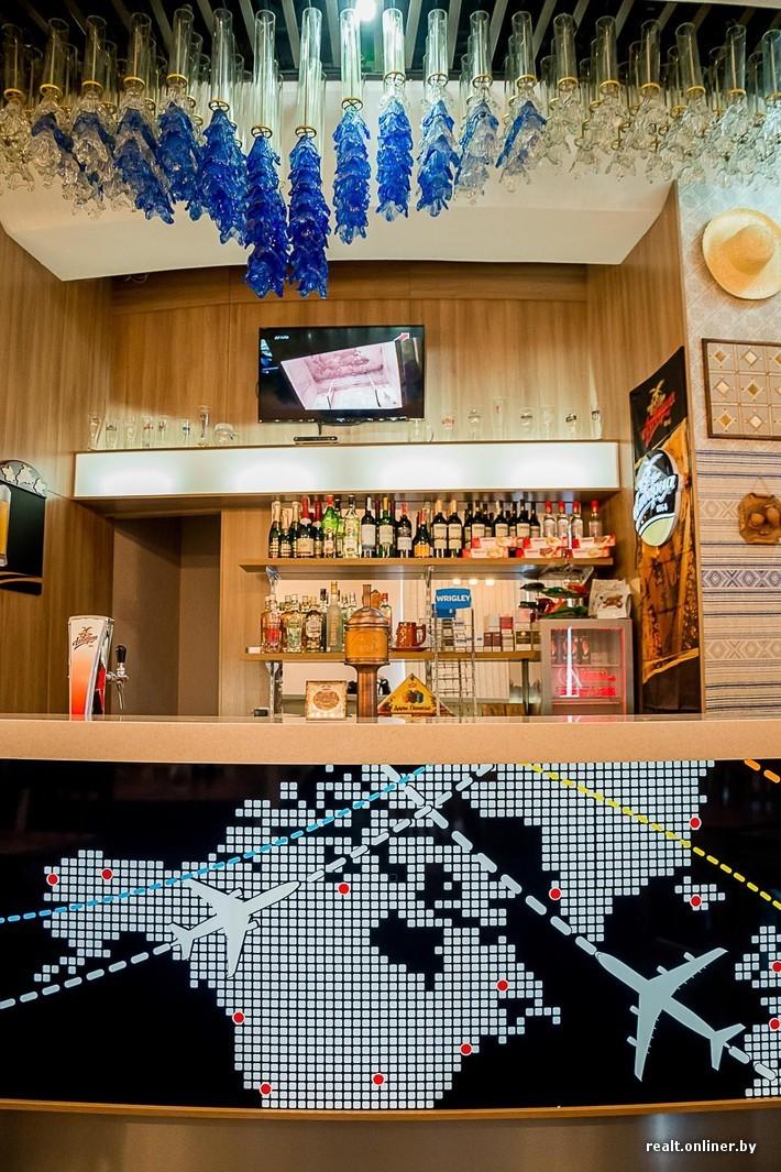 spotting bar à l'Aéropot National Minsk au Bélarus lustres soviétiques