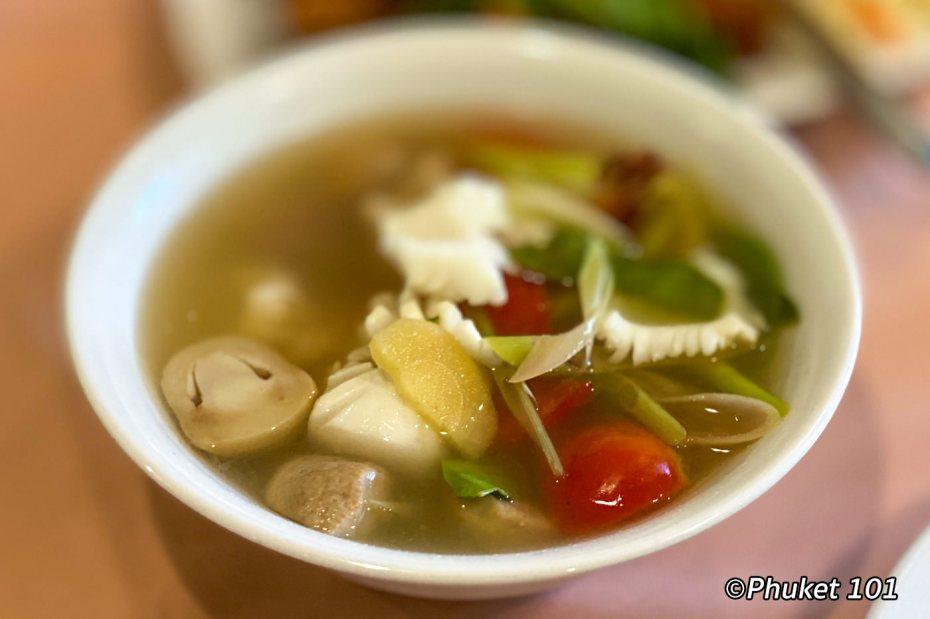 raya-restaurant-phuket-soup