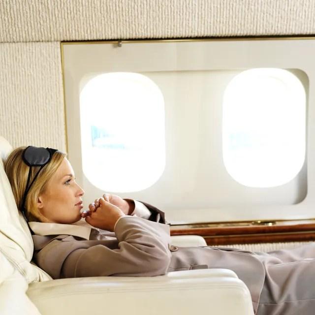 mujer relajándose en un avión