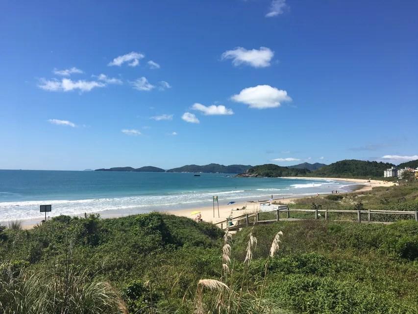 Praia de Quatro Ilhas, em Santa Catarina, certificada com Bandeira Azul