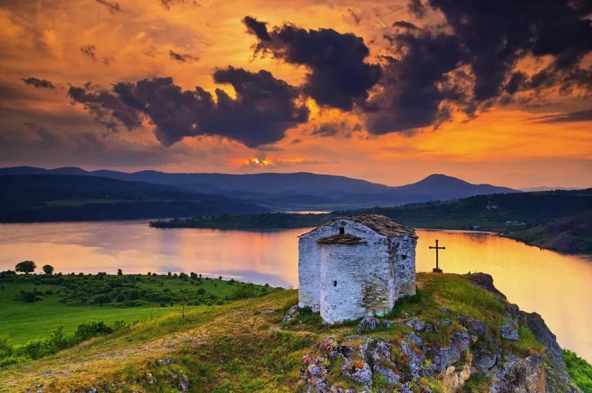 "Ancient Monastery (Paraklis ""Sveti Joan Summer"") i Bulgaria ved solnedgang"