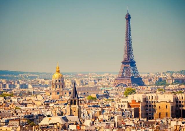 Foto do panorama de Paris, com a Torre Eiffel ao lado direito.