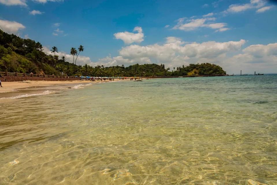 Águas cristalinas da Ponta de Nossa Senhora do Guadalupe em Salvador na Bahia, a primeira praia com Bandeira Azul da Bahia