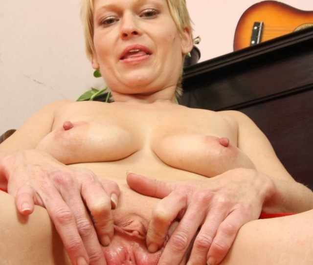 Blonde Momma With Short Hair Strips Nude And Plays With Golden Sex Toy Xxxonxxx