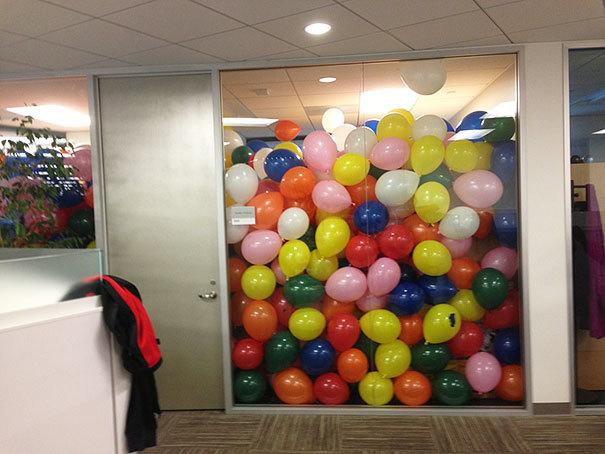 Sarīkojiet balonu ballīti.