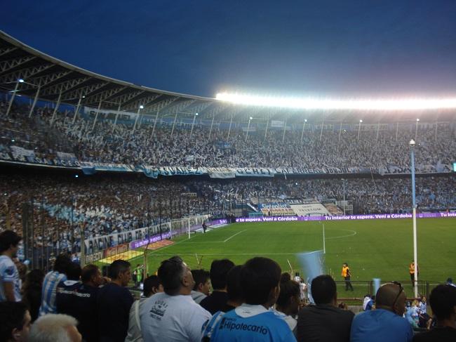 Visão do blogueiro a partir do local de onde acompanhou (e torceu), perto da meta do gol do jogo