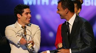 O nadador brasileiro Daniel Dias recebeu o prêmio Laureus das mãos de Ruud Gullit, nesta segunda, no Rio de Janeiro