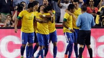Marcelo, Neymar, Damião, Hulk comemoram gol da seleção contra os Estados Unidos