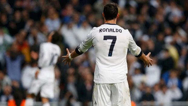 Ronaldo reclama de Ozil (ao fundo) que perdeu uma chance de frente para o gol