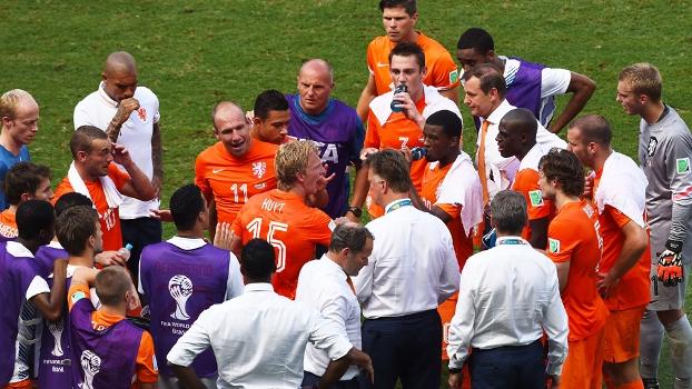 Van Gaal aproveitou a parada técnica para mudar os rumos da equipe em campo